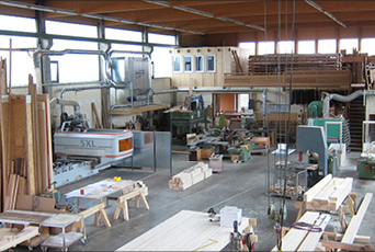 2013/14 wird das neue 5-Achsen Bearbeitungszentrum in Betrieb genommen und ein Umbau der Produktionshalle durchgeführt